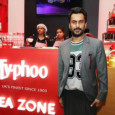 Look who is here at Typhoo Tea Zone - Ace designer Aki Narula of Bunty Aur Babli and Dostana fame simply loves the mood created by Spring of Life